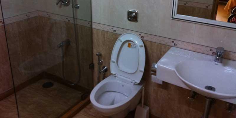 http://prospect-hotel.com/wp-content/uploads/2015/10/poolside-bathroom.jpg
